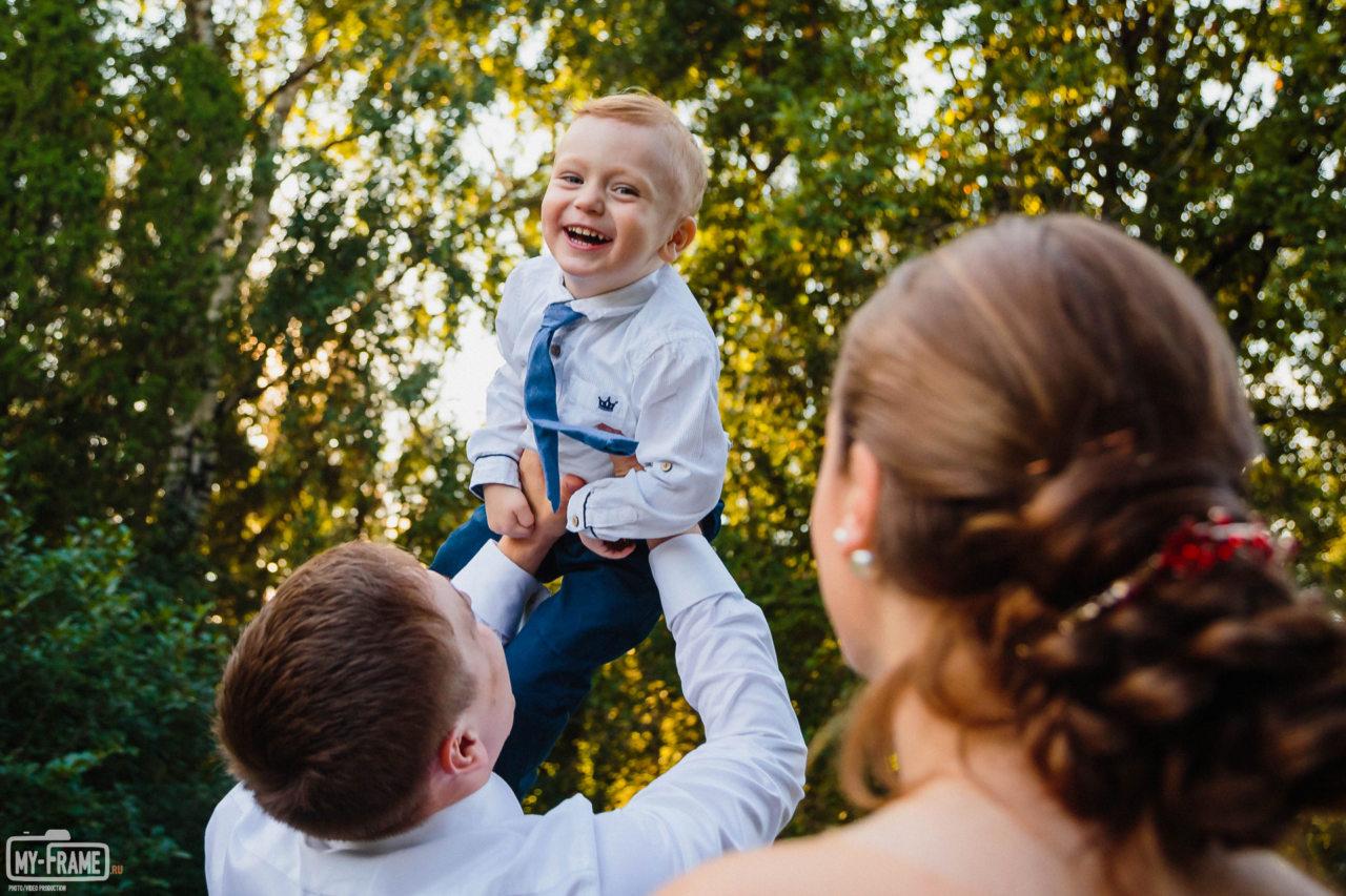Ребенок смеется. Семейная фотосессия